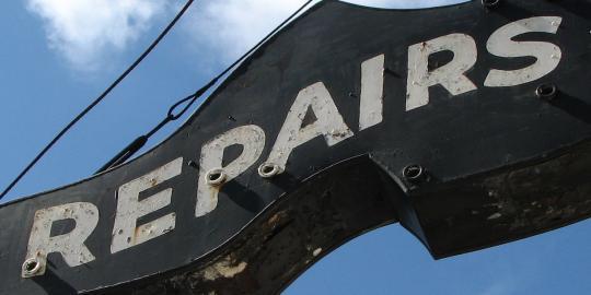 """Foto eines Ladenschildes mit der Aufschrift """"Reparatur"""""""